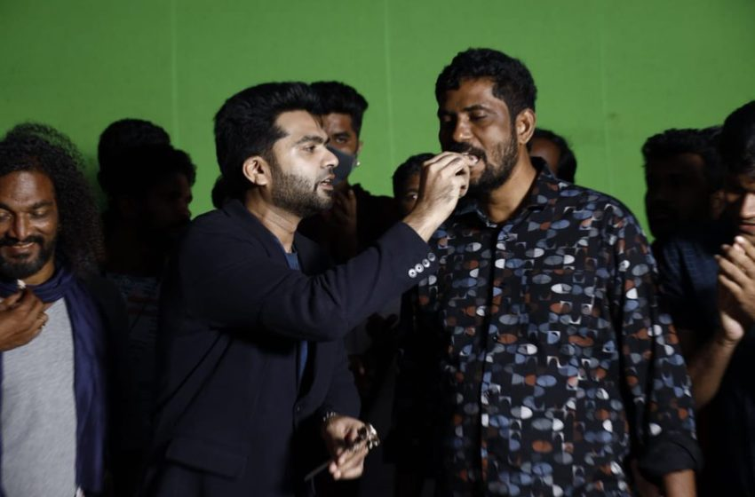 #Maanadu : கேக் வெட்டி கொண்டாடிய சிம்பு! ஏன் தெரியுமா ?