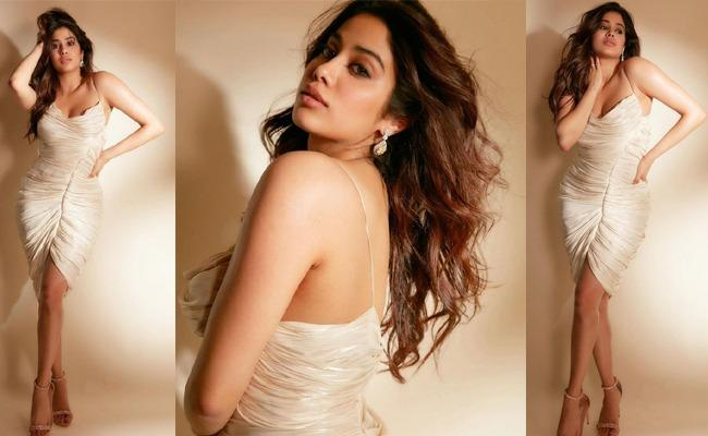 Lady Kapoor Poses Sensuous In White!